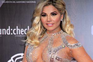 Con un ceñido enterizo nude y una faja, Aleida Núñez luce al máximo sus incréibles curvas