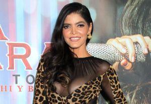 Ana Bárbara presume sus curvas con elegante vestido de pedrería y transparencias