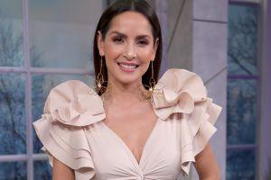 Carmen Villalobos da un toque sexy al otoño, usando una blusa corta y brillante