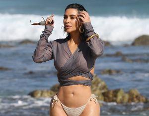 Kim Kardashian sale mojada del mar en bikini y deja ver sus legendarias curvas
