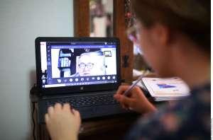 Maestra estalla en contra de sus alumnos en clase online por fallas de Internet y termina siendo suspendida