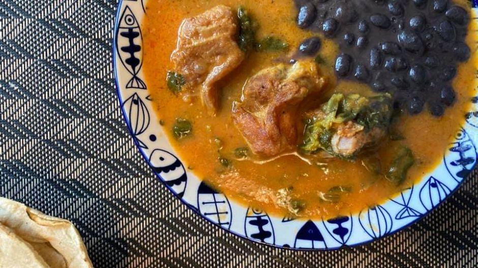 Comida mexicana: costilla de cerdo en salsa picante de verdolagas