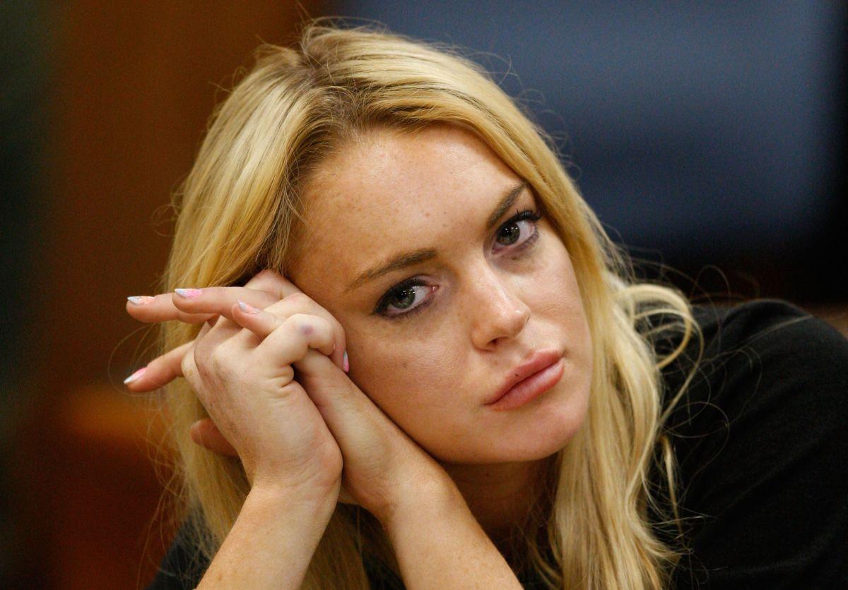Arrestan al papá de Lindsay Lohan por internar a personas adictas a cambio de comisiones