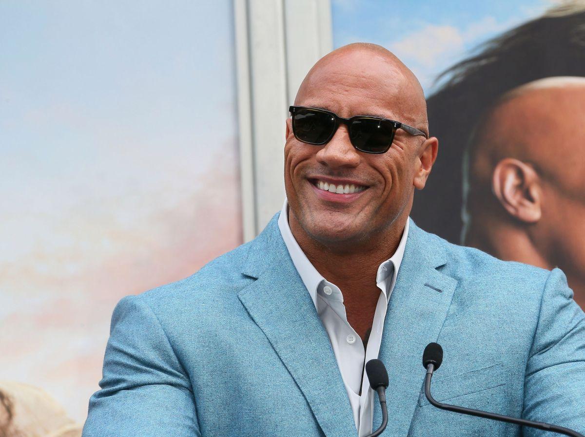 """Dwayne """"The Rock"""" Johnson le regala botellas de tequila a una fan en su cumpleaños 101"""
