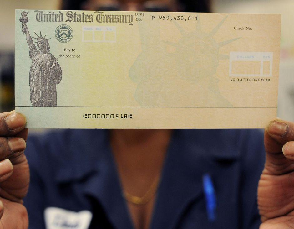 Comisionado del IRS detalla quiénes son las personas que busca la agencia para enviarles cheque de estímulo adeudado