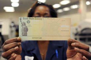 Si el IRS aún no te envía cheque de estímulo de $1,200, tienes estas cuatro opciones para reclamarlo