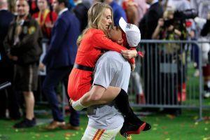 Patrick Mahomes le pide matrimonio a su novia tras recibir el anillo de campeón del Super Bowl