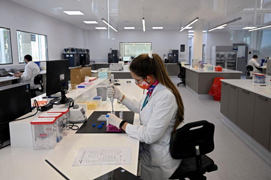 """Interrumpen ensayos con vacuna de AstraZeneca por """"enfermedad potencialmente inexplicable"""""""