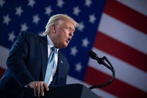 """Trump presenta un plan """"Platinum"""" para declarar organizaciones terroristas a Antifa y al KKK"""