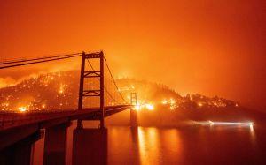 """Al menos 3 muertos por otro monstruoso """"complejo"""" de incendios en California que obliga a evacuar a miles"""