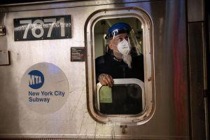 Tren del metro se descarrilla en la calle 14 después de que hombre arrojara objetos de metal