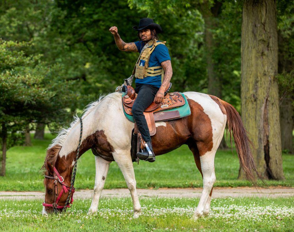 Videos: Acusan a activista de Chicago por montar a caballo en medio de autopista concurrida