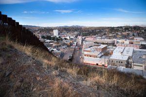Cruzar la frontera hacia México es la esperanza de muchos en Estados Unidos para conseguir cuidados médicos