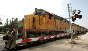 Insólito, un conductor de tren destroza cientos de autos Ford sin darse cuenta