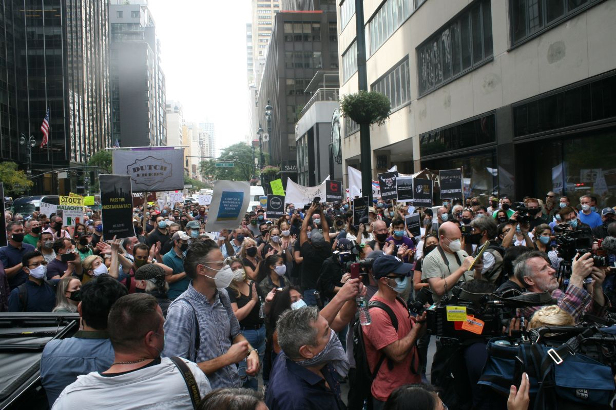 Dueños y empleados de restaurantes de NYC protestan para exigir 50% de capacidad en servicio interior