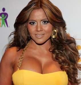 Maripily Rivera estando en la cama se quitó el sostén y así tentó a todo su público con sus atrevidas curvas