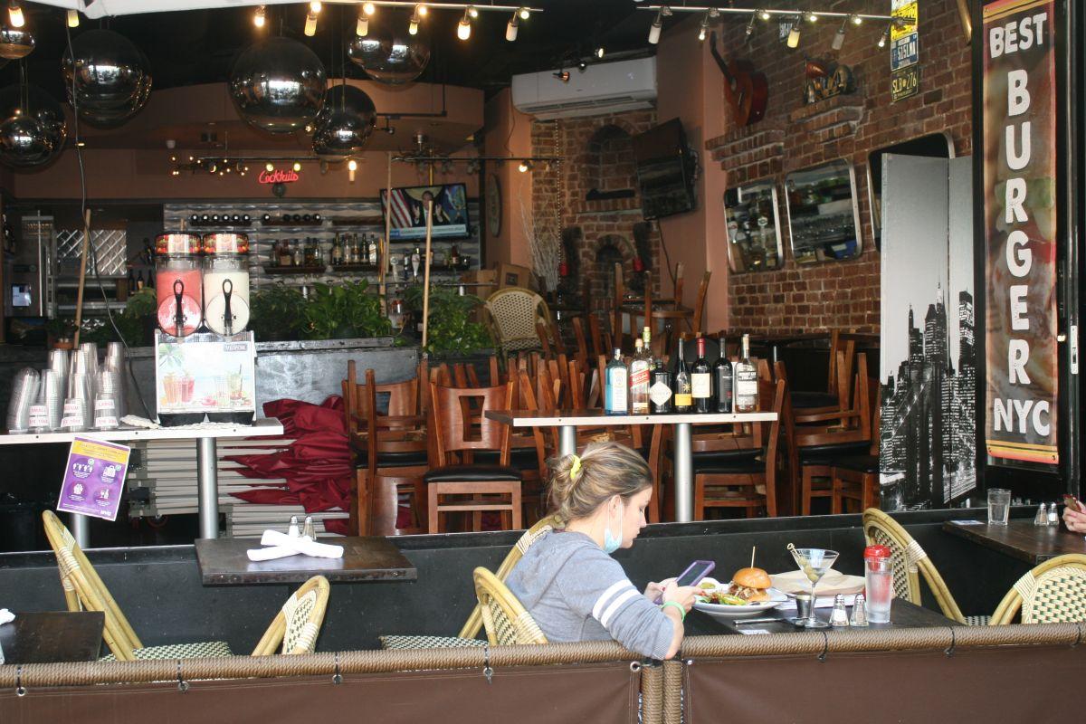 Demandan en la corte a Cuomo y De Blasio para presionarlos a autorizar abrir restaurantes en NYC