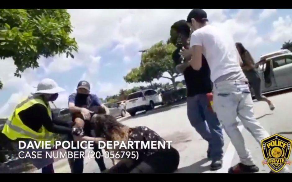 Una madre hispana casi pierde la vida tras una pelea por un espacio en un estacionamiento de un Walmart en Miami