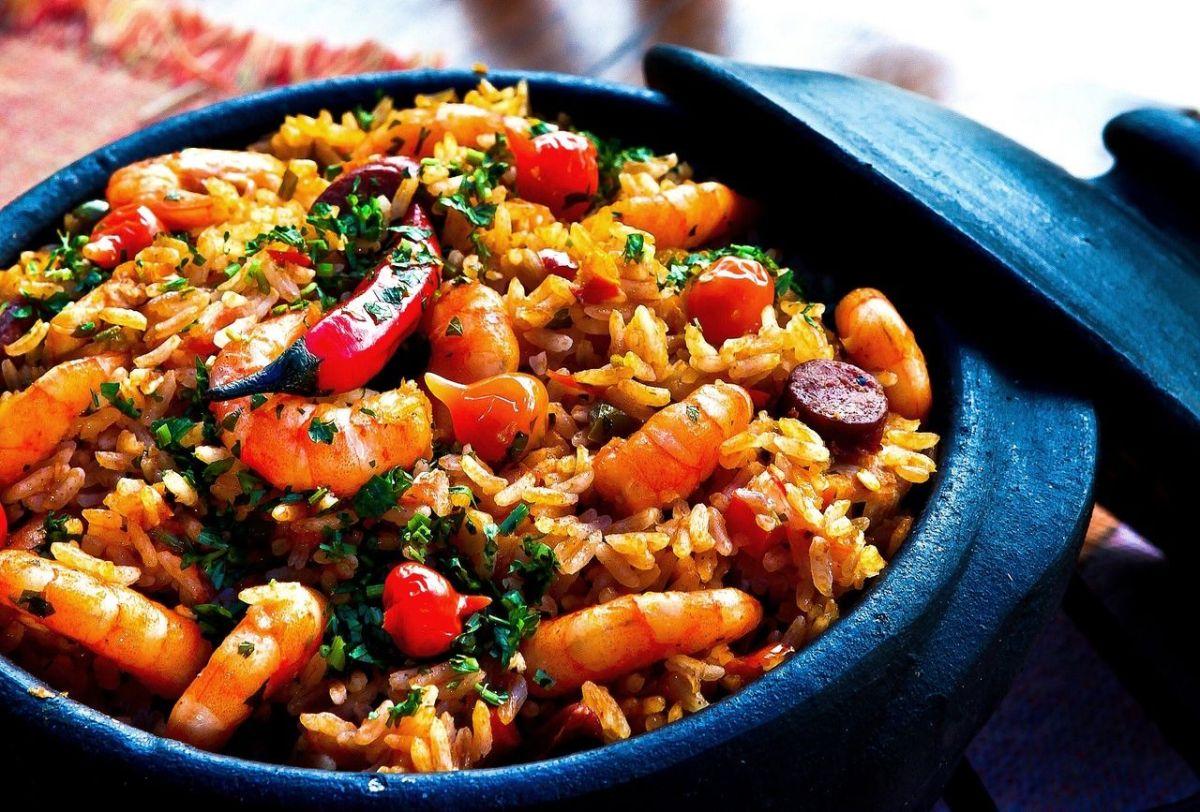 El arroz es un alimento completo, que se distingue por su alto contenido en fibra, hidratos de carbono, vitaminas y minerales.