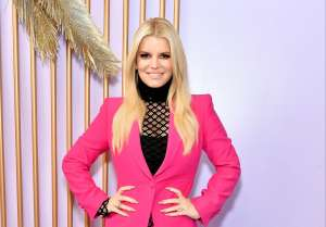 En pose de yoga, Jessica Simpson luce espectacular en leggings estampados