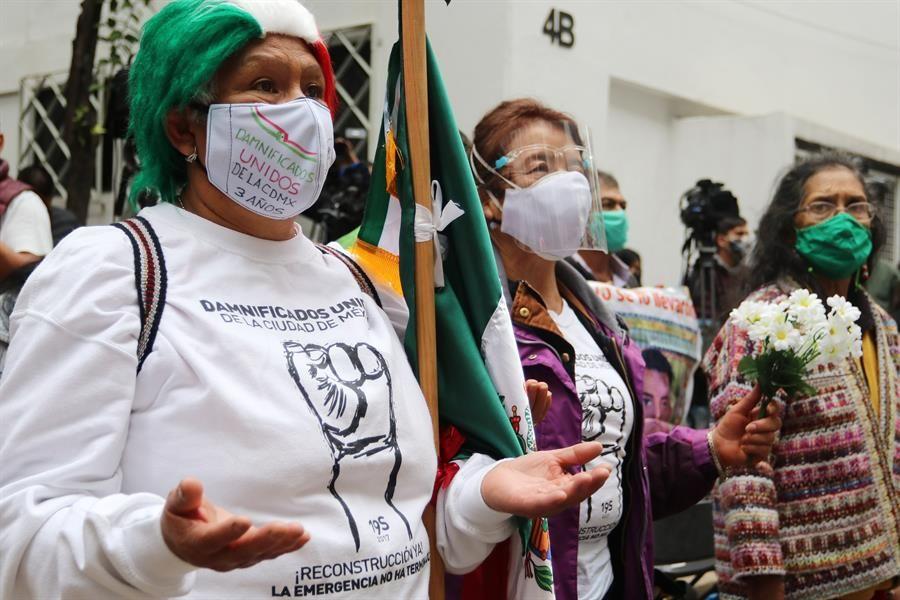 México le llora a sus muertos en el aniversario de devastadores sismos