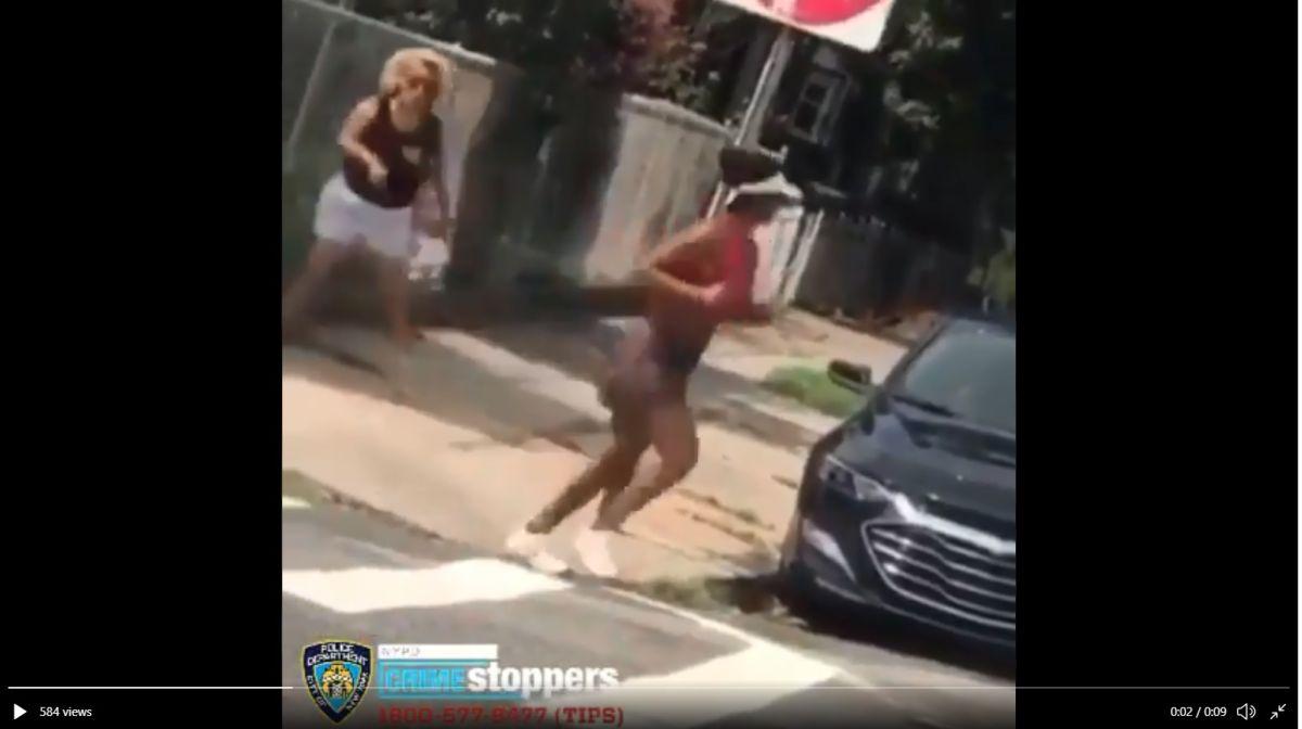 Detienen y acusan de crimen de odio a mujer que lanzó botella e insultos racistas a corredora en Queens
