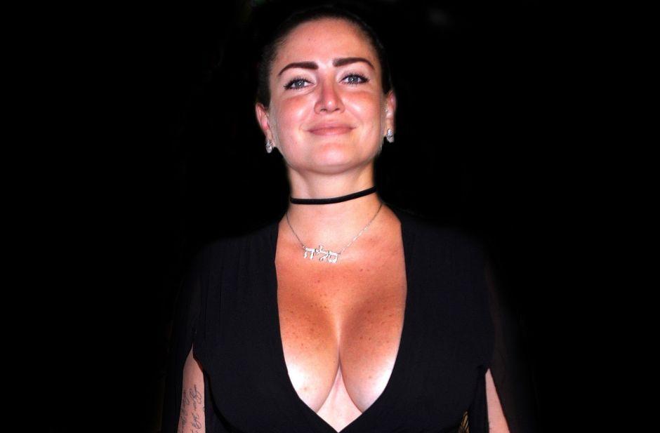 Celia Lora le dijo adiós a la ropa interior para lucir este enterizo pegadito y morado