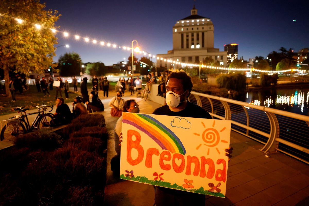Un manifestante en Oakland, California, pide justicia para Breonna Taylor.