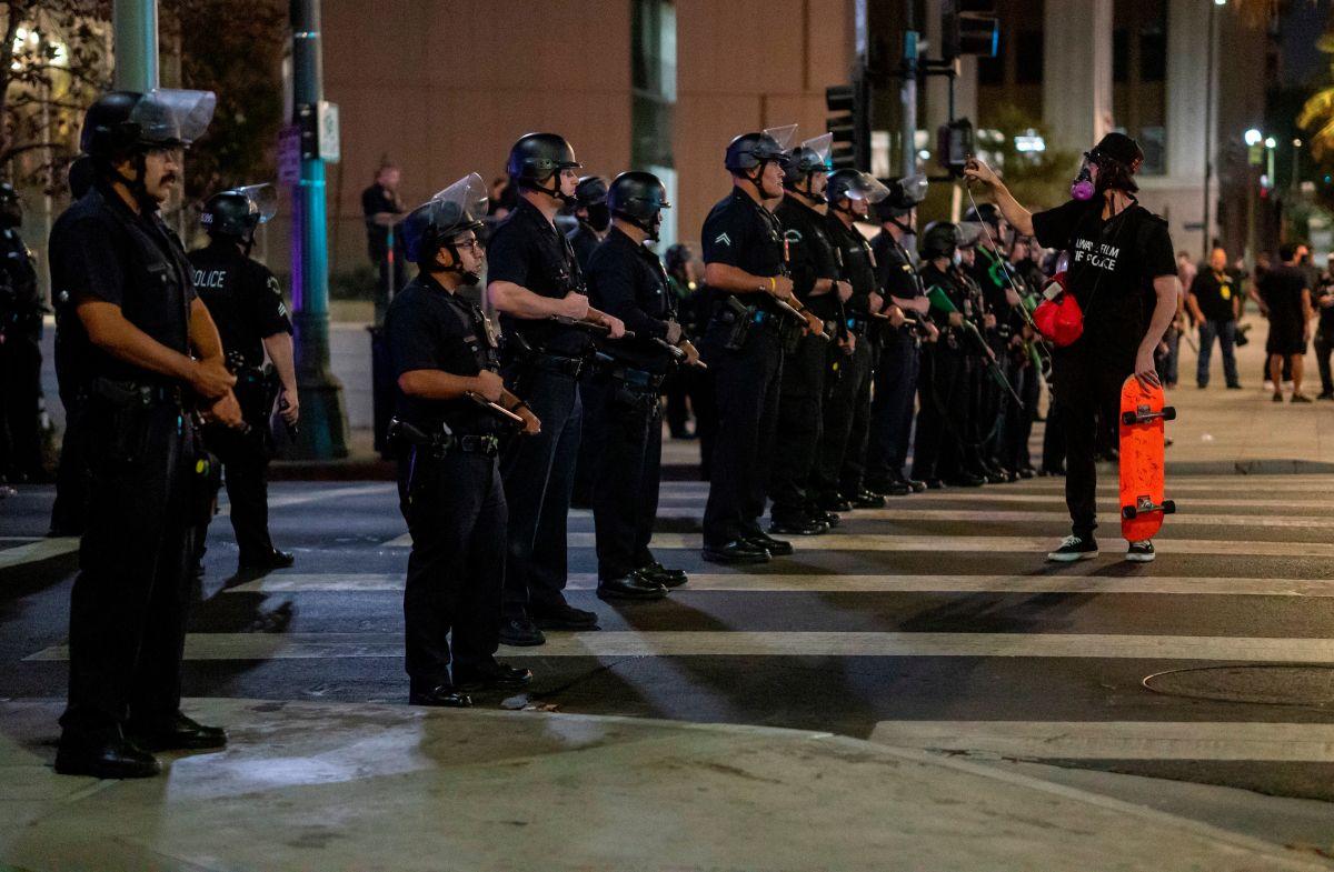 Las protestas por la decisión en el caso de Breonna Taylor se tornaron violentas en varios estados como California (en la foto).