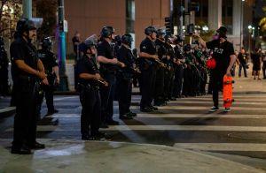 Policía en Seattle le pasa sobre la cabeza a manifestante con su bicicleta en protestas por Breonna Taylor