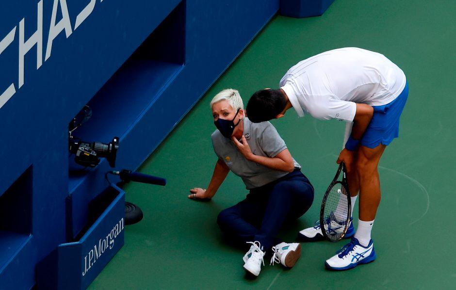Djokovic descalificado del US Open por dar un pelotazo a una jueza de línea