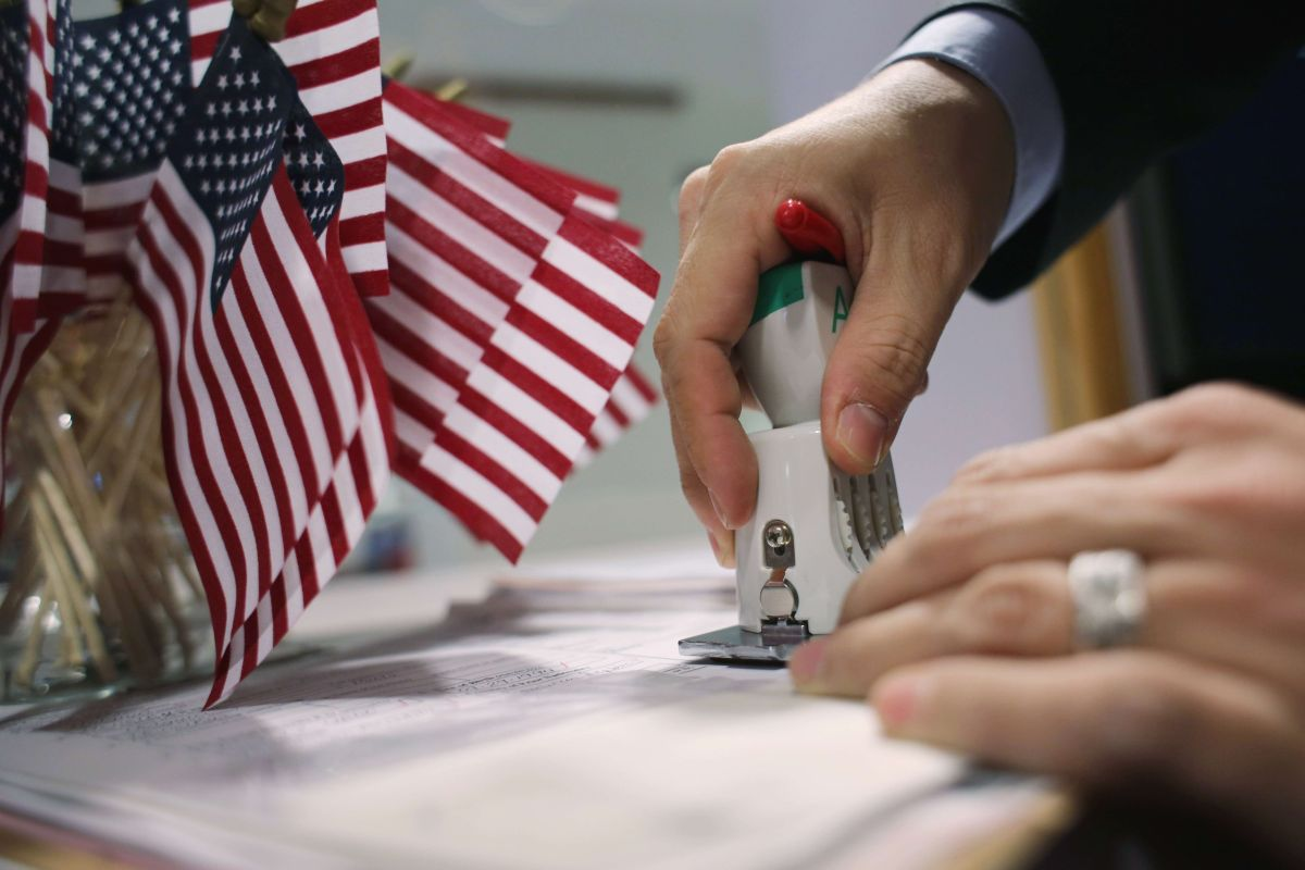 Juez federal bloquea alza de tarifas para trámites de ciudadanía