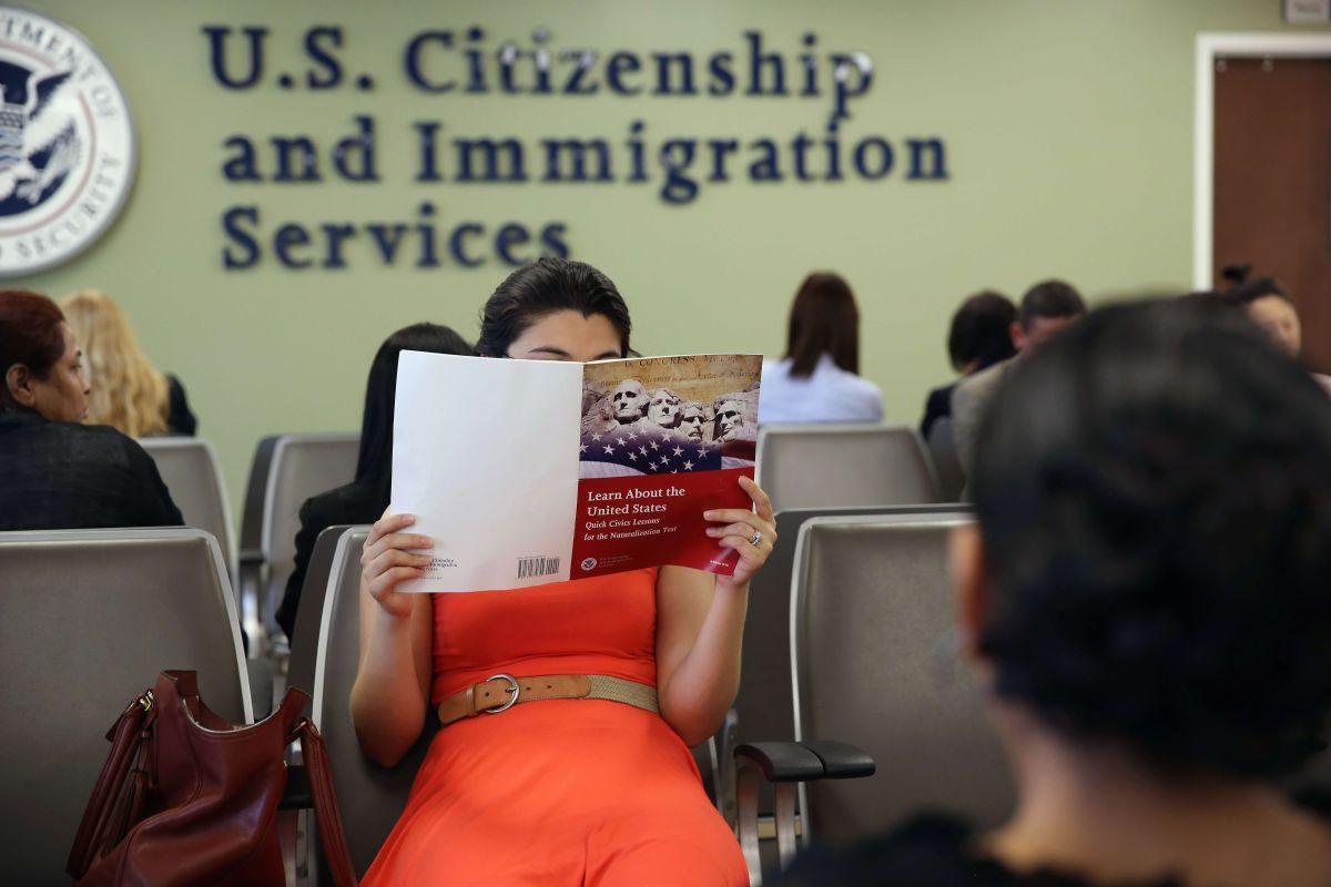 Alertan que nuevo examen de USCIS para lograr la ciudadanía exige más respuestas a preguntas más difíciles