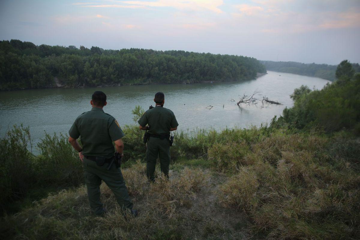 La Patrulla Fronteriza sorprendió a un grupo de migrantes escondidos en una diminuta embarcación