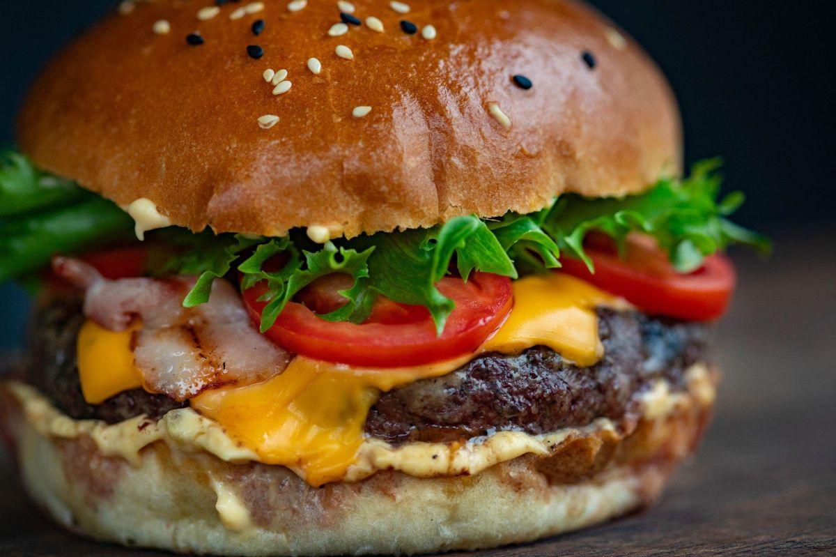 Restaurante sirve hamburguesa de 3,000 calorías