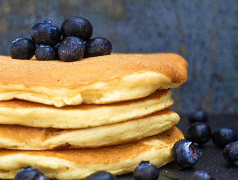 Desayuno saludable y lleno de energía: Pancakes de banana y arándanos, bajos en carbohidratos y deliciosos