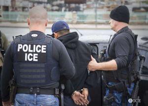 Condenan a migrante a 18 meses de prisión por golpear a un agente de ICE durante una redada