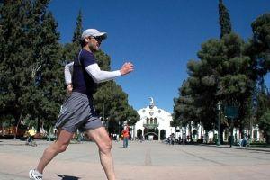 Corre 10 maratones en un mes y lo hace por una causa increíble
