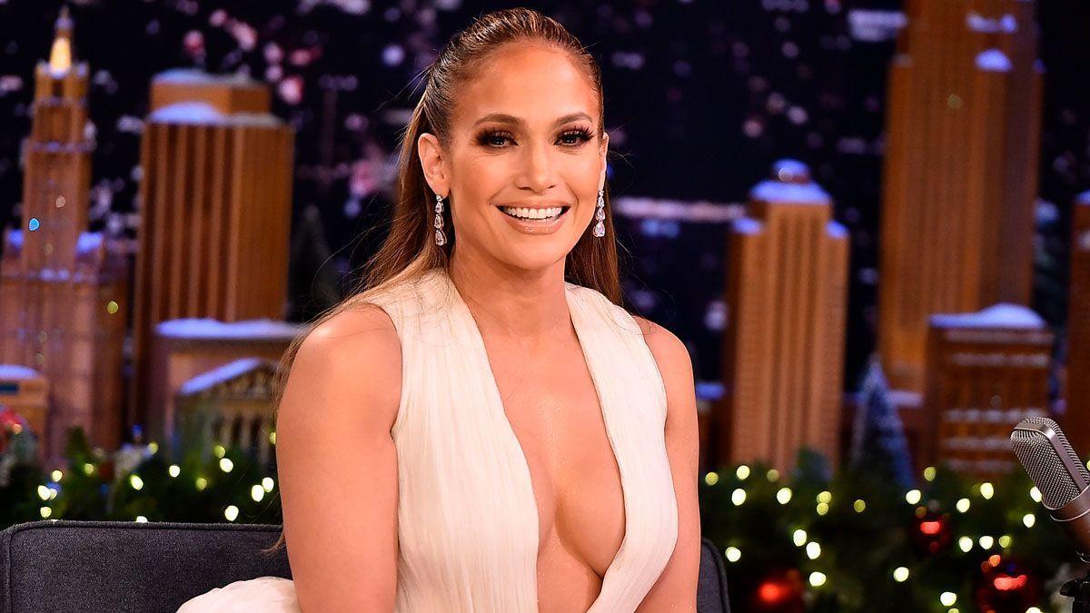 Sofisticada y sensual, Jennifer Lopez paraliza corazones con atrevido escote