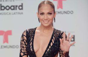 Encima de una mesa Jennifer López se puso sensual para Maluma