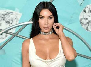 Con microbikini y en una enorme piscina, Kim Kardashian presume su larga trenza