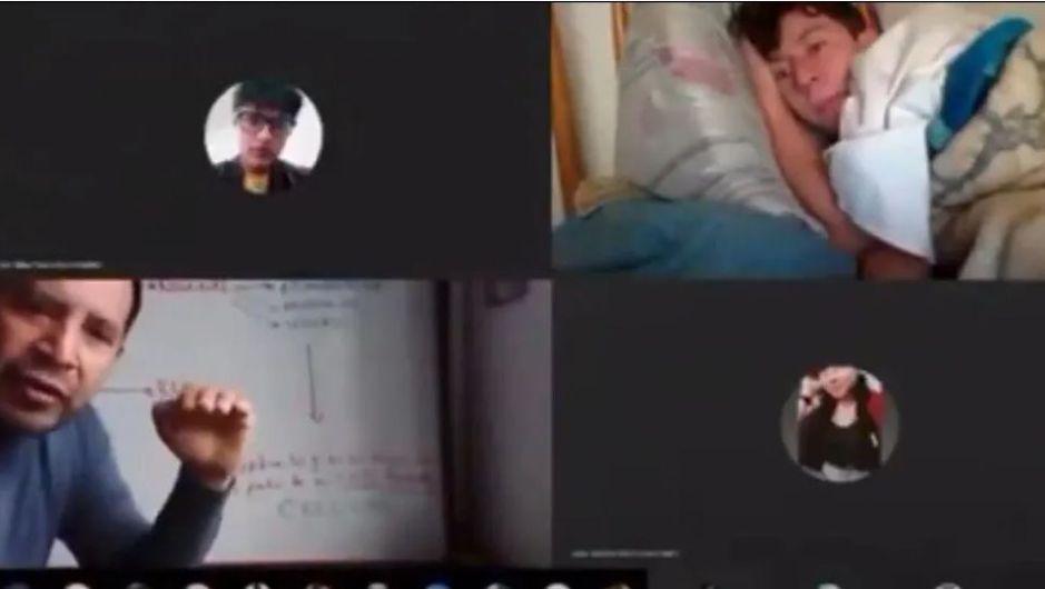 VIDEO: Acostado y en pijama, alumno toma clase en línea, la reacción del profesor se hizo viral