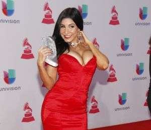 Mayra Verónica posó en Miami Beach con un bikini que no pudo contener sus encantos