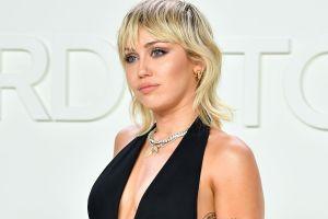 Miley Cyrus enloquece a sus fans posando en tanguita y una blusa transparente sin sostén