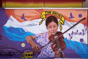 """Ecuatoriano Layqa Nuna Yawar reúne a los """"héroes"""" del Sur de El Bronx en nuevo mural de Casita María"""