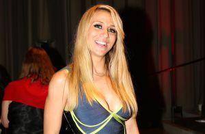 Noelia caldea las redes mostrando su retaguardia con leggins que transparentan su ropa interior