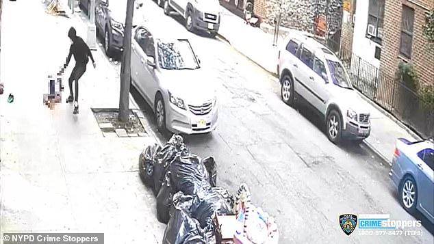 Video capta homicidio brutal en Nueva York: adolescente baleado gateando en la acera a plena luz
