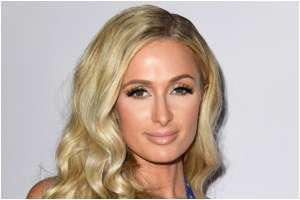 Paris Hilton es tan glamurosa que lleva el gel antibacterial en botellas con cristales de Swarovski