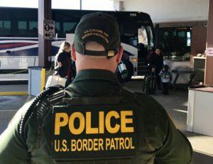 """Video: 'La Migra' arresta a 50 indocumentados en dos supuestas viviendas de """"coyotes"""" de Arizona"""
