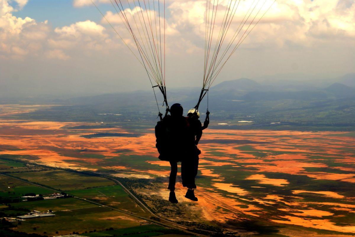 Decidió saltar de un paracaídas y su reacción se ha vuelto viral